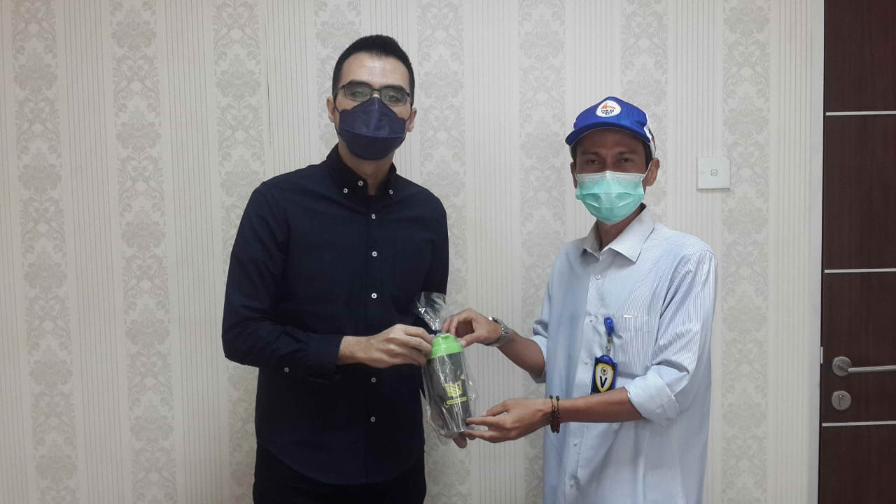 Ketua Fraksi Nasdem DPRD Medan Afif Abdillah Menerima Cenderamata Dari Redaktur Pelaksana Medansport.id, Joko Heriyanto,, Kemarin.